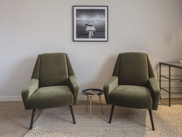 Counselling room to rent with chairs